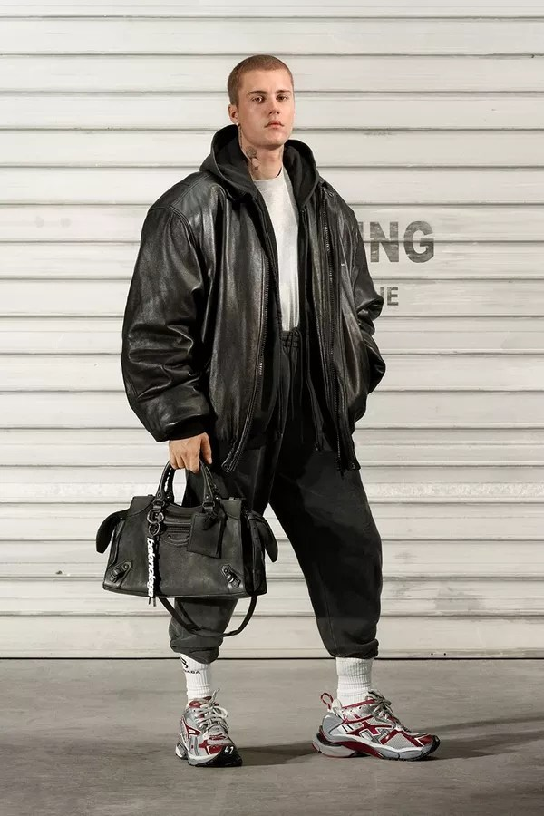 Justin Bieber poses for balenciaga's new campaign (Photo: Disclosure / Balenciaga)