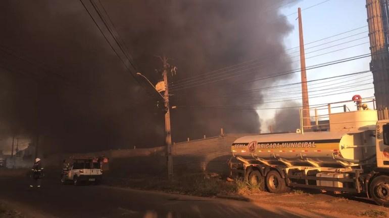 Brigada Municipal e Corpo de Bombeiros trabalharam no local para conter as chamas.  (Foto: Aléxia Letícia/G1)