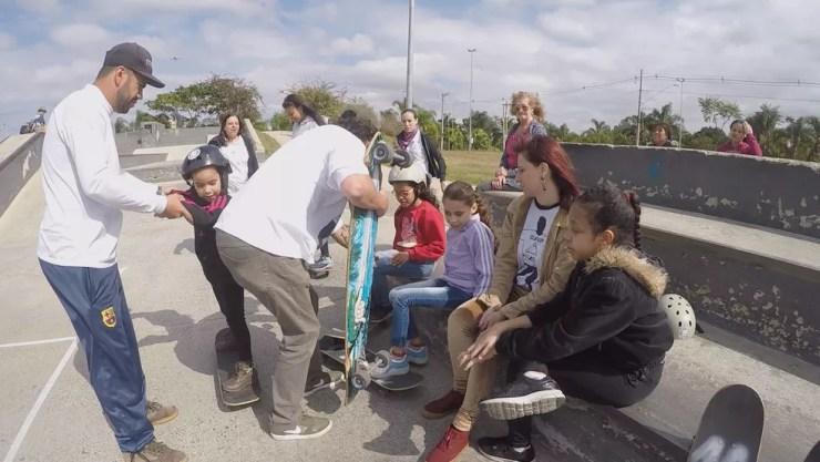 Alexandre conversa com as crianças antes de iniciar a aula em Sorocaba  (Foto: Kauanne Piedra/G1)