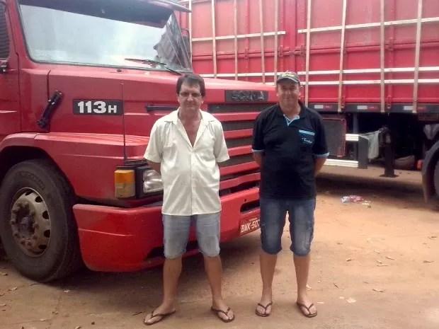Caminhoneiro Luiz Terneira, de 64 anos, (de branco), aguarda há três dias por atendimento (Foto: Quésia Melo/G1)