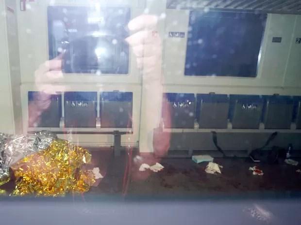 Marcas de sangue e um cobertor de emergência dentro do trem onde ocorreu o ataque de um afegão de 17 anos contra outros passageiros em Würzburg, na Alemanha (Foto: Karl-Josef Hildenbrand/dpa via AP)