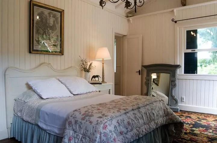 O quarto principal tem espelho e cabeceira da Secrets de Famille. E o tapete é o clássico Klim Bessarabian  (Foto: Divulgação)