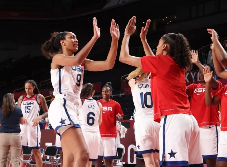 A'ja Wilson (camisa 9) cumprimenta suas companheiras antes de entrar em quadra: ala-pivô foi o destaque do jogo — Foto: Gregory Shamus/Getty Images