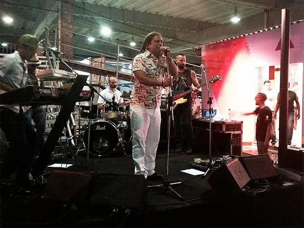 Banda Diamba fez pocket show durante inauguração da sala de imprensa (Foto: Alan Tiago/G1)