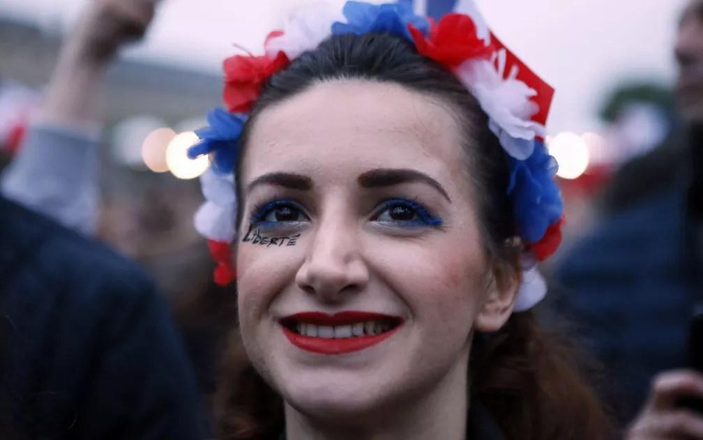 Eleitora sorri no Museu do Louvre, em Paris, após pesquisas indicarem vitória de Emmanuel Macron (Foto: Francois Mori/AP Photo)