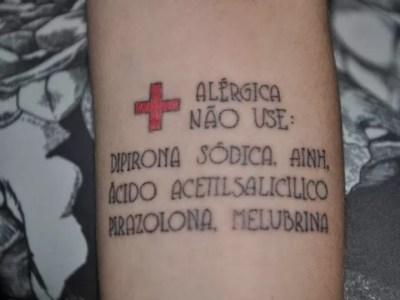 Após reação alérgica a remédios, jovem de MS tatua alerta no braço (Foto: Fabiano Arruda/G1 MS)