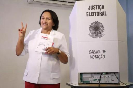 Fátima Bezerra (PT) candidata ao governo do RN, durante votação — Foto: Elias Medeiros