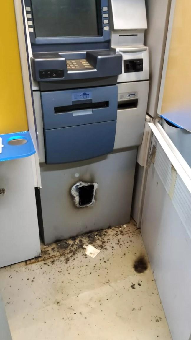 Criminosos utilizaram um maçarico para retirar o dinheiro que estava em um dos caixas eletrônicos — Foto: Reprodução/TV Mirante
