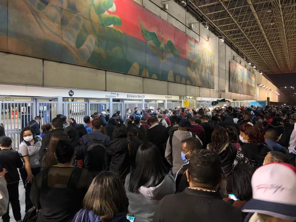 Passageiros ficam aglomerações na estação Corinthians/Itaquera da Linha 3-Vermelha que amanheceu fechada nesta terça — Foto: TV Globo