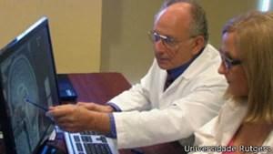 Komisaruk (ao fundo) diz que enfrenta dificuldades em conseguir financiamento para suas pesquisas (Foto: BBC)