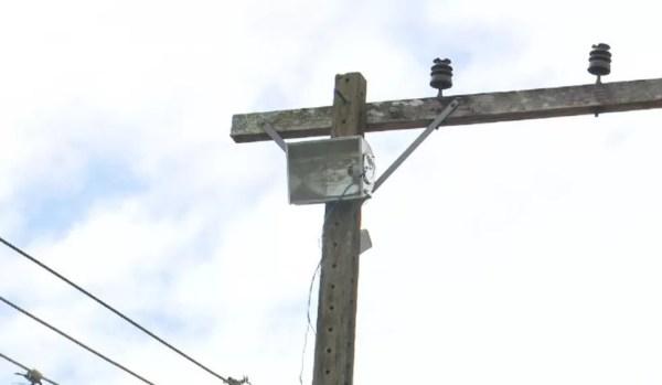 Por conta própria, moradores instalaram refletores em postes para iluminar ruas (Foto: Reprodução/Rede Amazônica Acre)