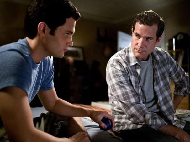 Michael (Penn Badgley) começa a suspeita que David (Dylan Walsh), novo namorado da sua mãe, pode esconder um perigoso segredo (Foto: divulgação/reprodução)