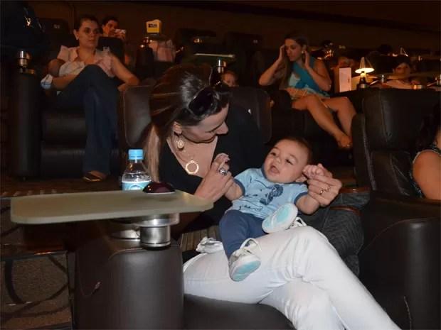 Davi, de apenas cinco meses, se diverte com a mãe Michele durante o filme (Foto: Amanda Pioli/G1)