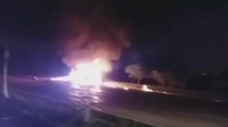 Carro bate em poste e pega fogo em Jundiaí (Foto: TV TEM/Reprodução)