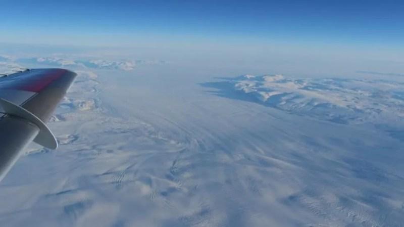 A Groenlândia, vista de cima nesta foto, é alvo de estudos dos cientistas que querem entender derretimento do gelo — Foto: John Sonntag/Nasa via BBC