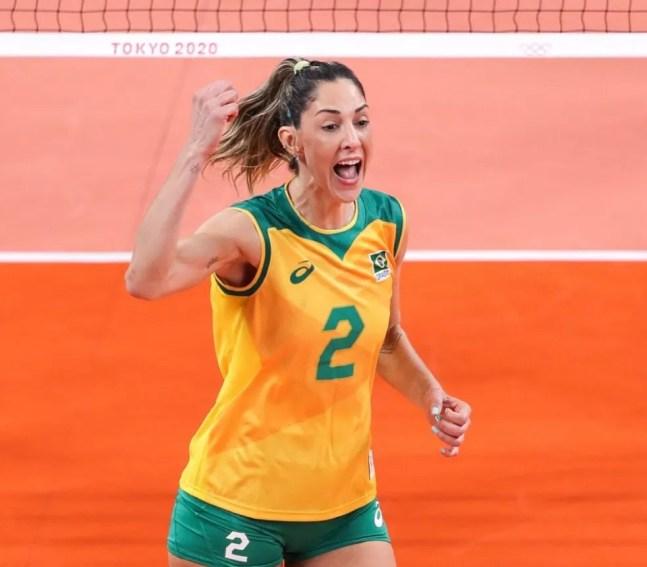 Carol Gattaz comemorando ponto pelo Brasil — Foto: Divulgação CBV