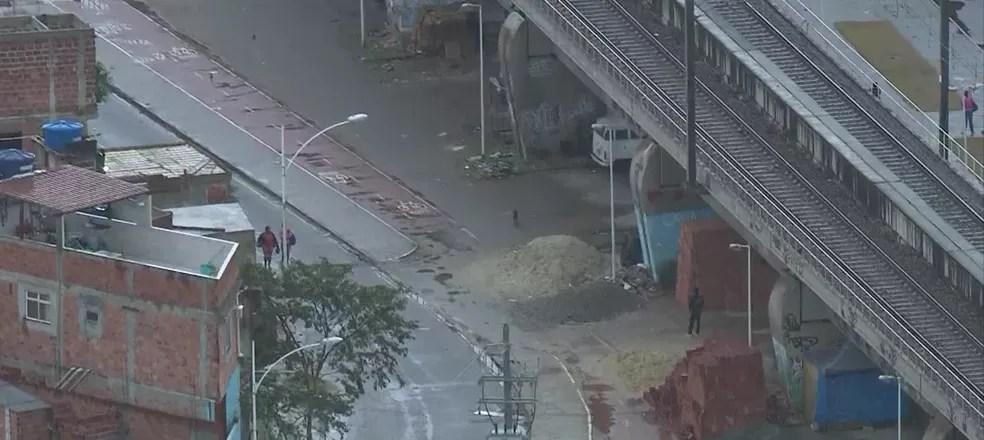Material de construção é colocado em ciclovia na Zona Norte do Rio — Foto: Reprodução/ TV Globo