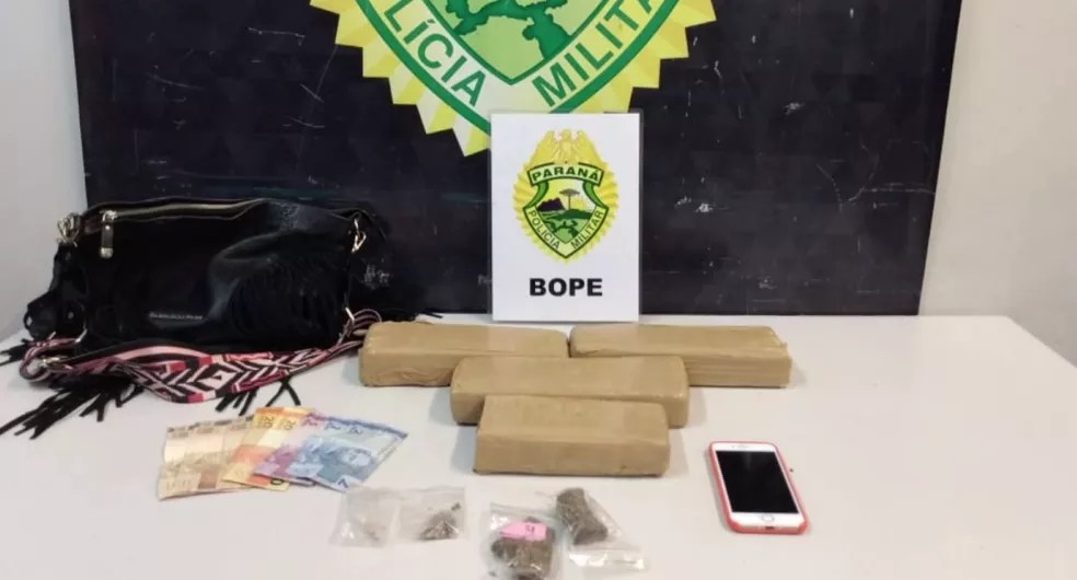 Foram encontrados 3 kg de maconha na bolsa de Evellyn, segundo a polícia — Foto: Reprodução/RPC