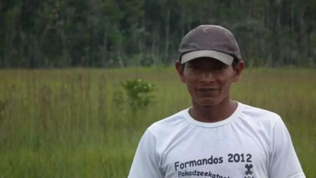 Pesquisa sobre ariranhas contou com membros do povo baniwa, como Valêncio Macedo (Foto: NATÁLIA PIMENTA/BBC)