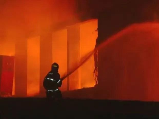 Bombeiros levaram 5 horas para conter fogo em Santa Bárbara (Foto: Vaner Santos/EPTV)
