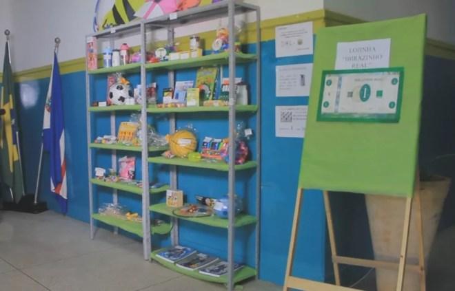 Com dinheiro, alunos podem comprar objetos na lojinha da escola — Foto: Reprodução/TV TEM