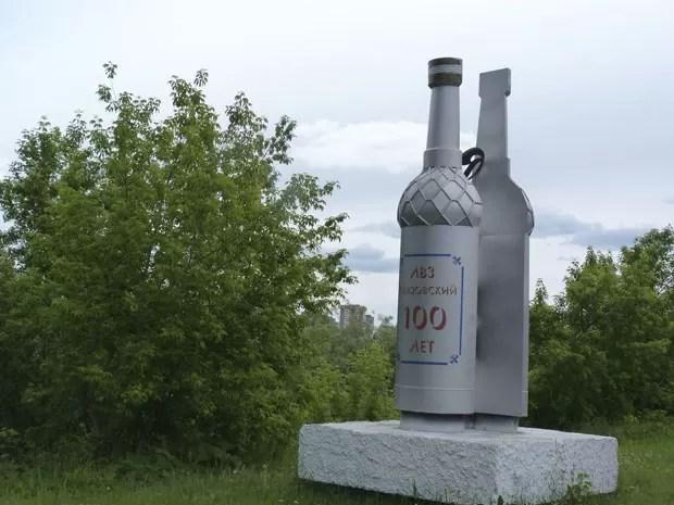 Monumento em forma de garrafa de vodca foi derrubado (Foto: Aliona Chudanova/Reuters)