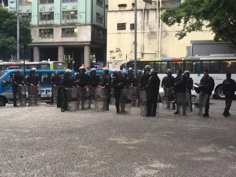 Batalhão de choque acompanha manifestação no Centro do Rio (Foto: Matheus Rodrigues/G1)