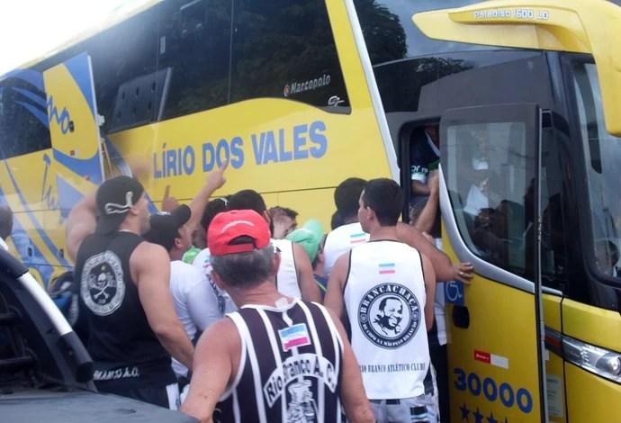 Torcedores protestam na porta do ônibus do Rio Branco-ES (Foto: VC no GE)