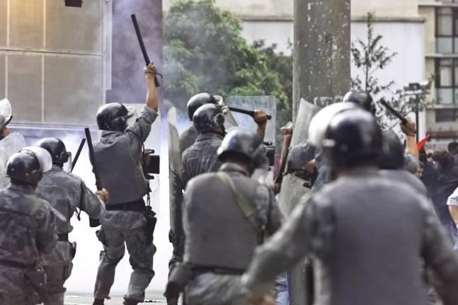Policia Militar de SP dispara tiros de bala de borracha durante protesto em 2000 no Centro da capital paulista  — Foto: Caio Guatelli