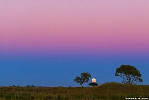 Sebastián Guillermaz passou longas horas de uma noite tentando fotografar um cometa. Infelizmente não conseguiu mas, enquanto deixava o local, teve a sorte de testemunhar esta vista belíssima da Lua (Foto: Sebastián Guillermaz)