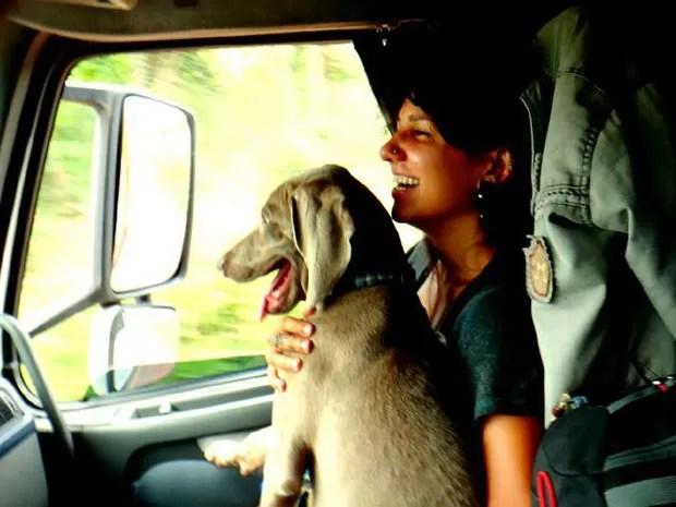 Aline Campbel e seu cão, Saga, em uma das caronas de caminhão (Foto: Aline Campbel/Arquivo pessoal)