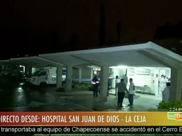 Movimentação é intensa nos hospitais, à espera de feridos no acidente da Colômbia (Foto: Reprodução/TV Globo)