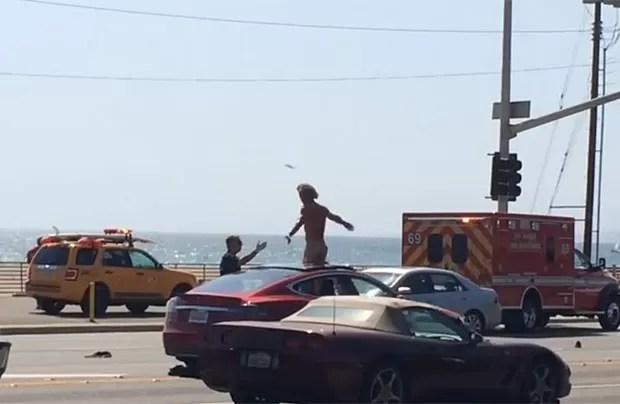 Homem xingou os bombeiros que foram chamados para atender a ocorrência (Foto: Reprodução/YouTube/T Bliss)