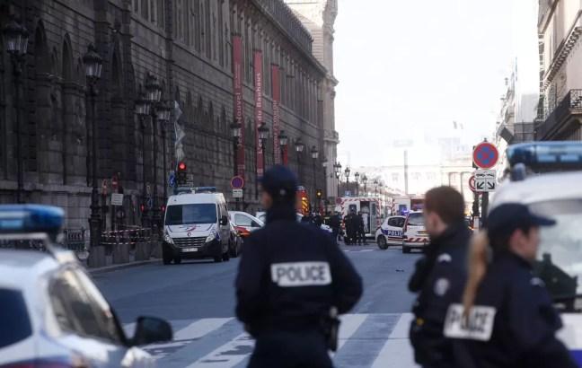 Museu foi esvaziado e a polícia restringiu o acesso à região no centro da capital francesa (Foto: Thibault Camus/AP)