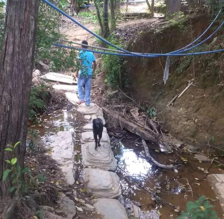 Moradores construíram caminho de pedra por dentro do rio que corta a comunidade rural — Foto: Liliane Leite/ Arquivo Pessoal