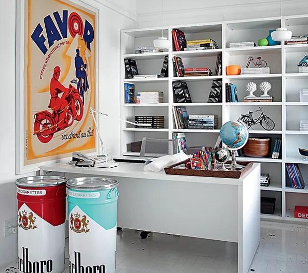 Grandes latas e um pôster coloridos alegram o escritório do arquiteto David Bastos no Rio de Janeiro. A base de todo o apartamento é branca (Foto: Tuca Reinés e Denilson Machado/MCA Estúdio)