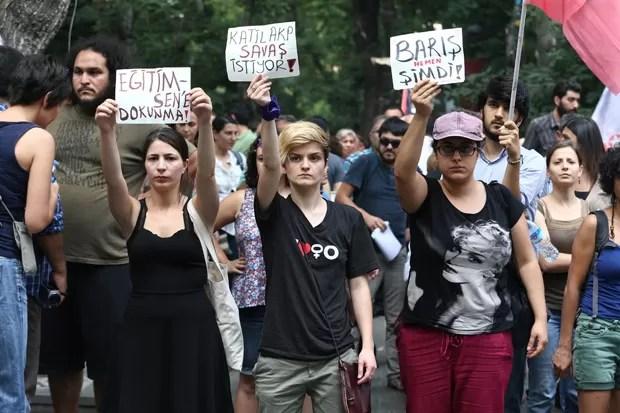 Protesto contra atentado que matou 32 na Turquia reúne pessoas em Ancara neste sábado (Foto: Adem Altan/AFP)