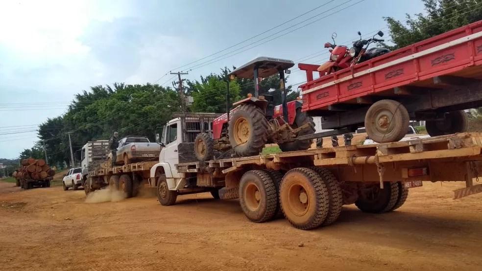 Veículos foram apreendidos em acampamentos para desmate ilegal de terra indígena (Foto: Divulgação/Ibama)