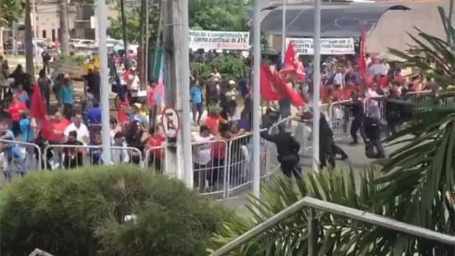 Servidores empurram grades de ferro que isolavam o Palácio José Augusto, sede da ALRN (Foto: Reprodução)