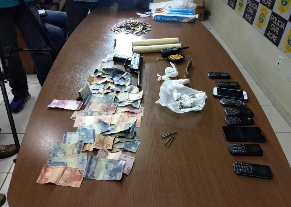 Armas, droga, celulares e dinheiro foram apreendidos durante operação em Rio Branco  (Foto: Aline Nascimento/G1)