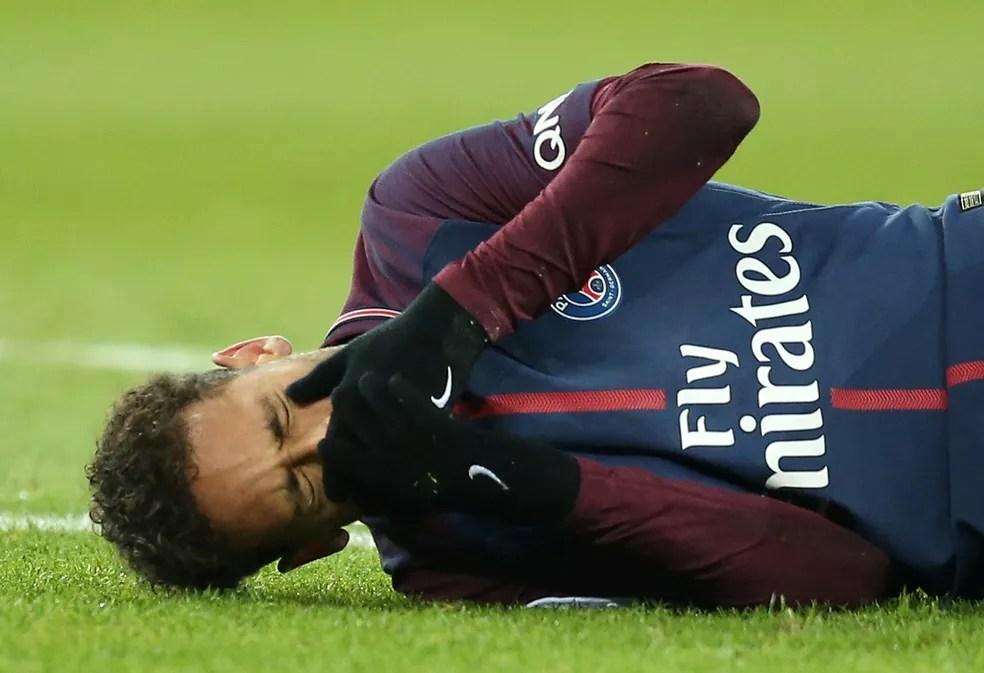 Fratura no quinto metatarso tirou Neymar do jogão. Atacante só deve voltar aos gramados em maio (Foto: Reuters)