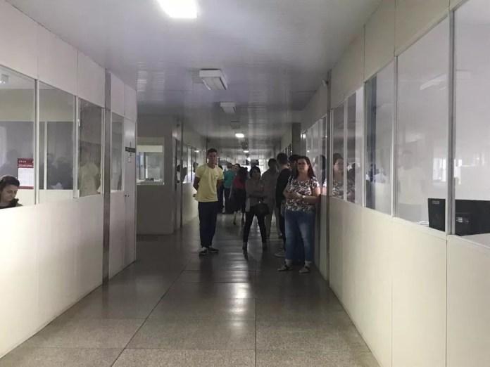 Servidores do lado de fora enquanto PF cumpre mandado na Seinfra — Foto: Lorena Linhares/G1