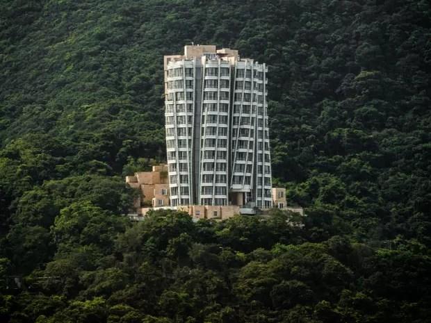 Um luxuoso apartamento no edifício Opus, em Hong Kong, na China, foi vendido por US$ 61 milhões, segundo informações da imprensa internacional. Isso faz do imóvel o mais caro na cidade chinesa e, possivelmente, na Ásia. O edifício foi projetado pelo arquiteto Frank Gehry, vencedor do Prêmio Pritzker. O apartamento tem mais de 500 m². A administradora do condomínio, Swire Properties, não confirma a venda (Foto: AFP Photo/Philippe Lopez)