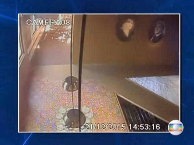 Fogo em corredor do primeiro andar do Museu da Língua Portuguesa (Foto: Reprodução/TV Globo)