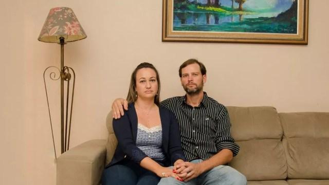 Carla e o marido, João Henrique, aguardam fim do processo  (Foto: Jonas Samuel Betti/BBC Brasil)
