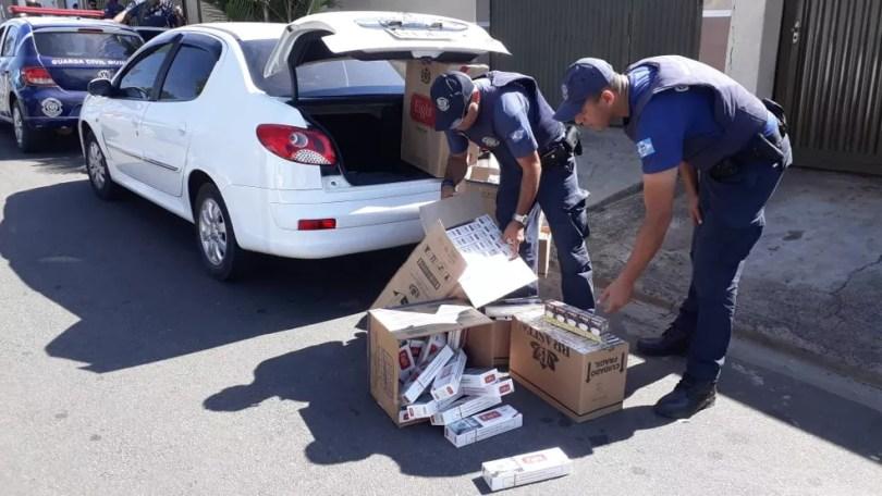 Cigarros foram apreendidos em carro no bairro Ernesto Kuhl em Limeira (Foto: Wagner Morente/GCM)