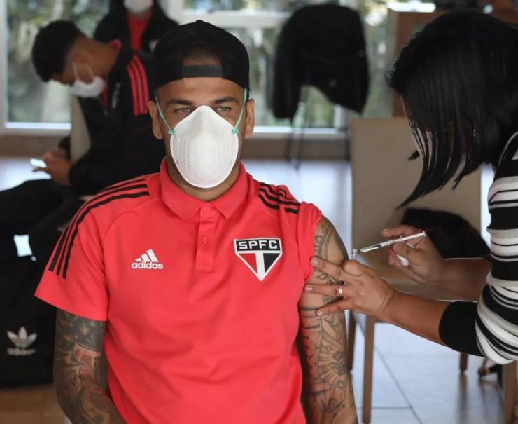 Daniel Alves recebeu a primeira dose da vacina nesta quinta-feira — Foto: Rubens Chiri/saopaulofc