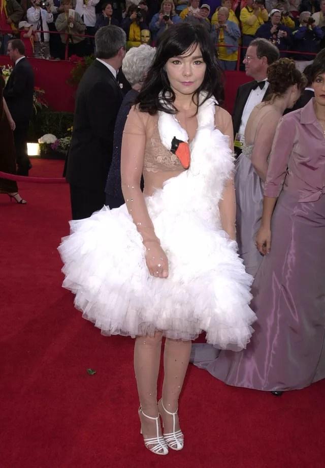 Björk e o vestido de cisne que usou no Oscar de 2001 (Foto: Getty Images)