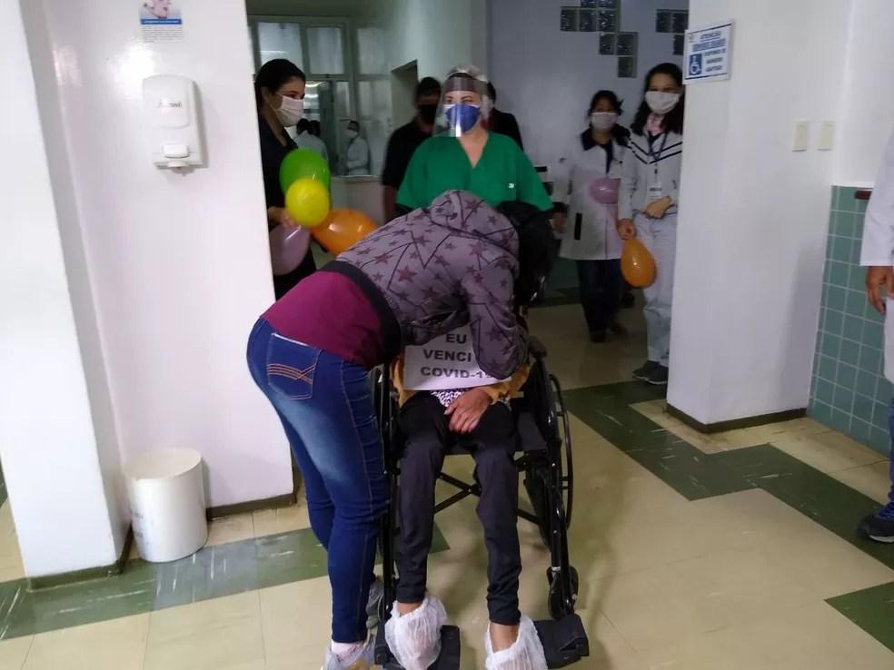 Neta abraçou avó e ficou emocionada após idosa de 102 anos receber alta  — Foto: Dione Aguiar/G1