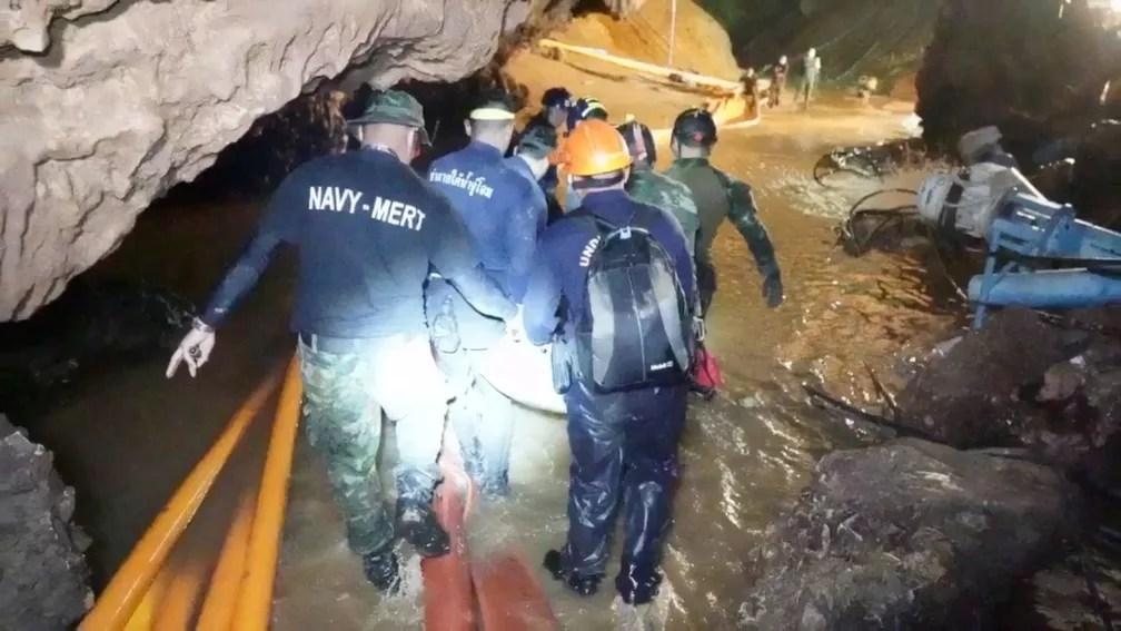 Imagem divulgada nesta quarta-feira (11) mostra equipes trabalhando na caverna Tham Luang, no norte da Tailândia (Foto: Thai Navy Seal/via Reuters)